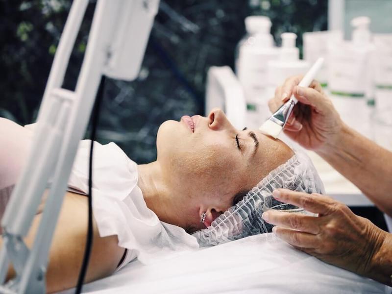 PRP i huden injektion i ansiktet